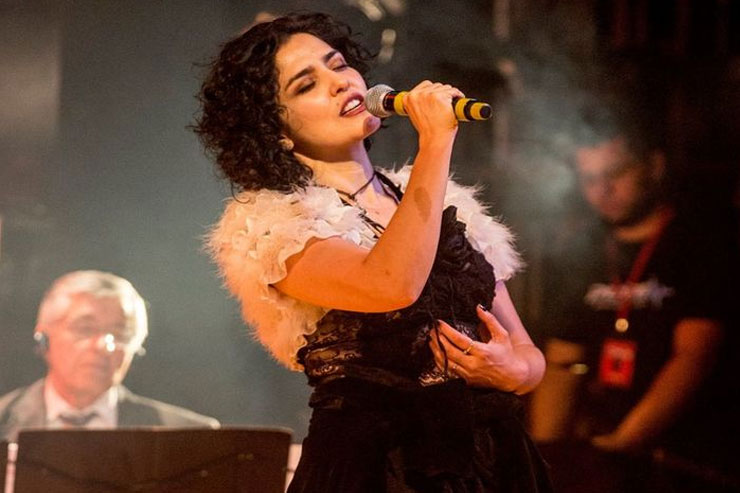 Letícia canta no palco